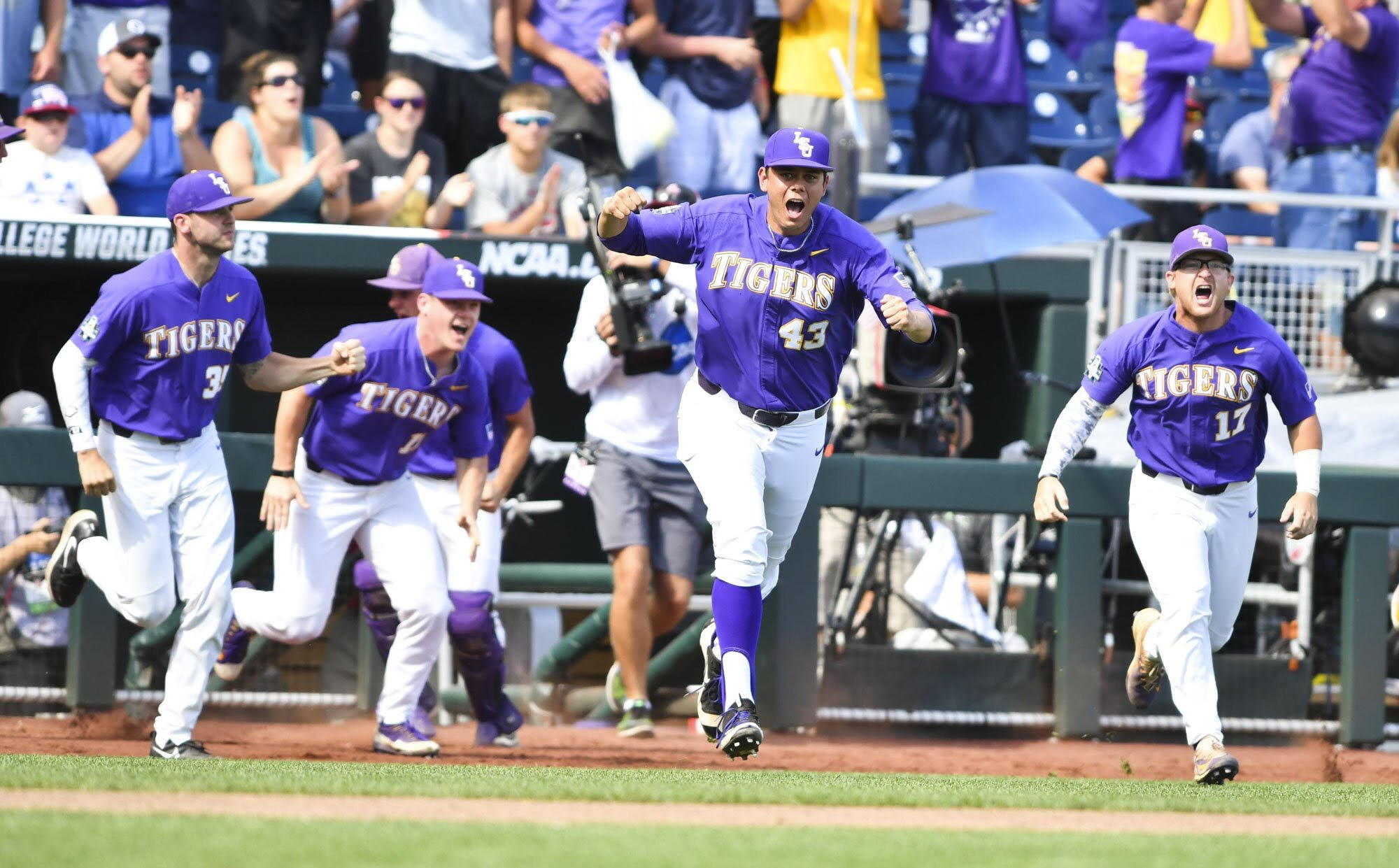 Baseball advances to College World Series Final