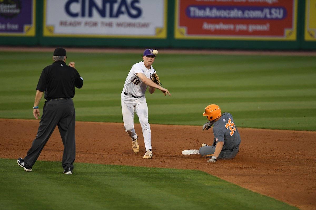 Baseball defeats Tennessee behind four homers
