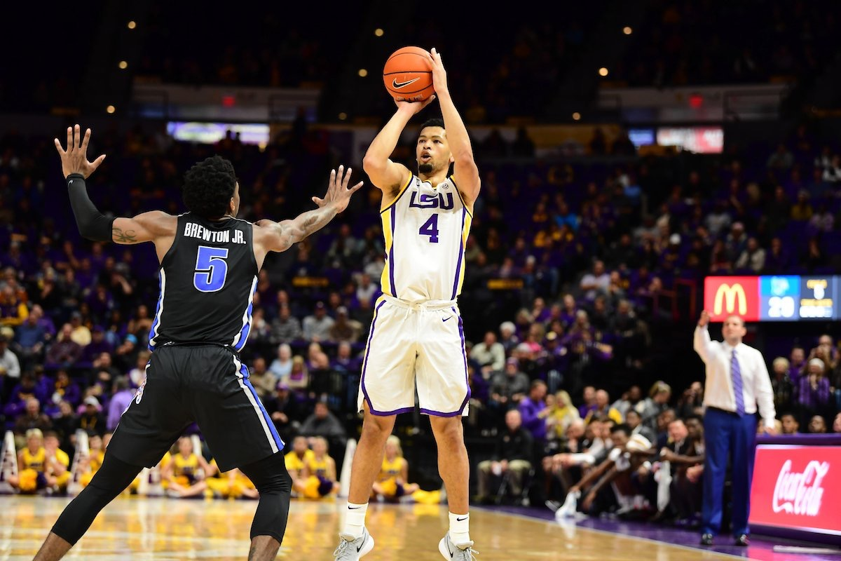 Basketball defeats Memphis behind Skylar Mays