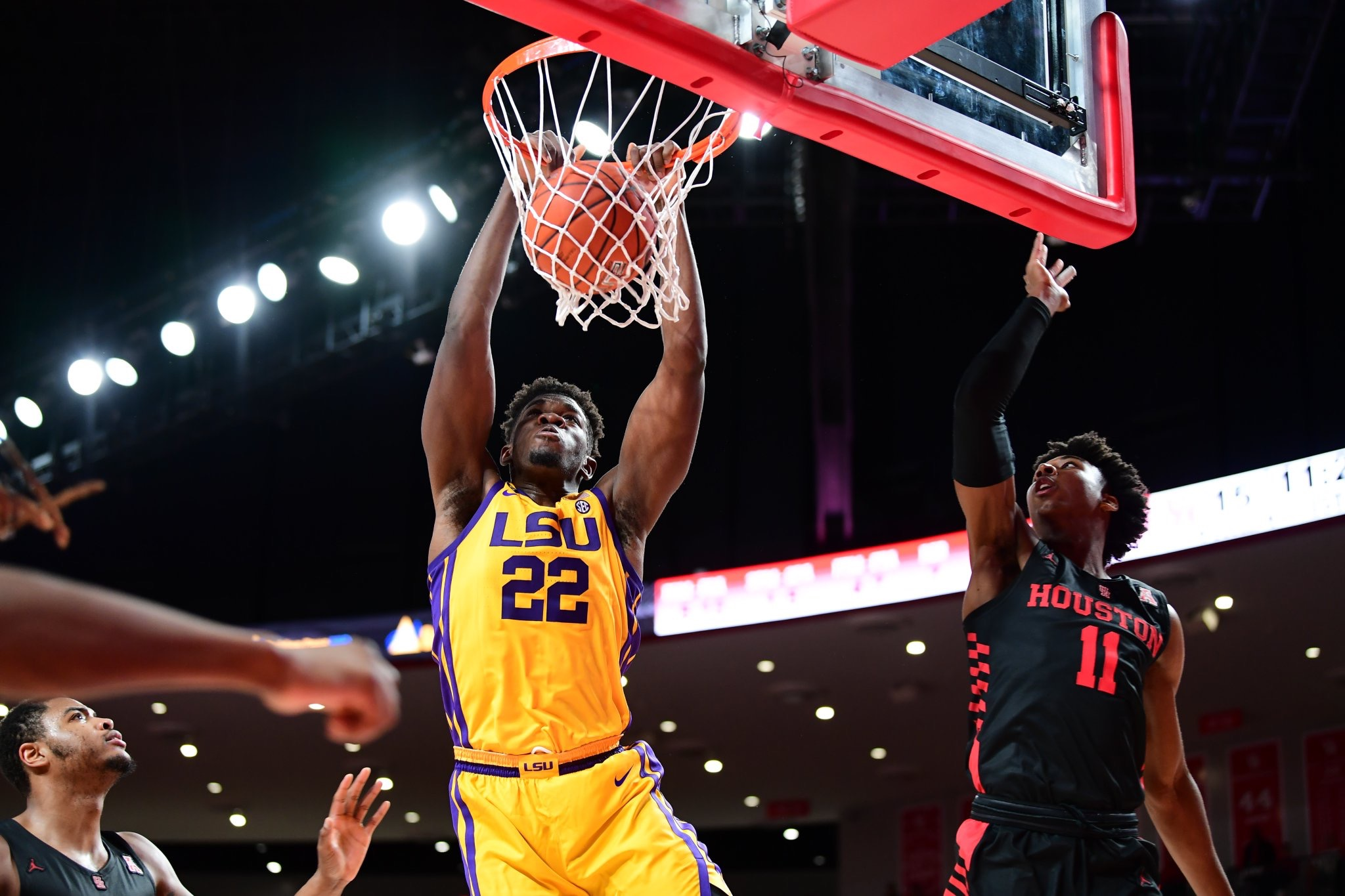 Basketball squanders lead to Houston, 76-82